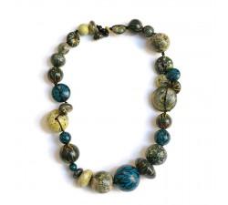 imagen de collar con cuentas de madera de talla irregular azul y amarillo babachic moodywood